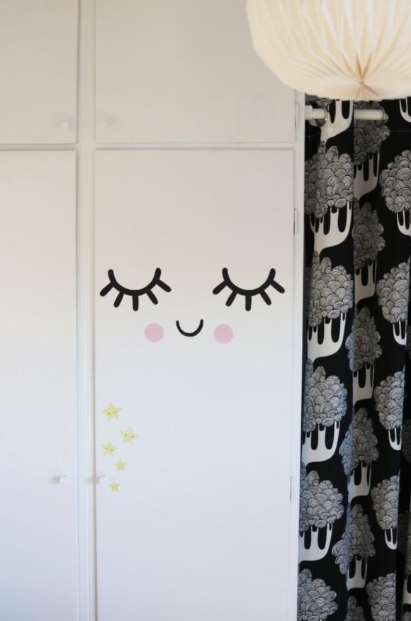 Små ögon, vit dörr